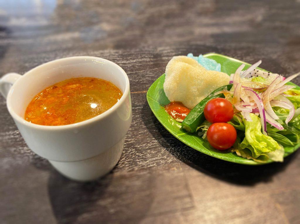 チキンスープとサラダ